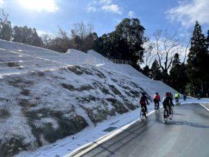 雪のこる路面や崖